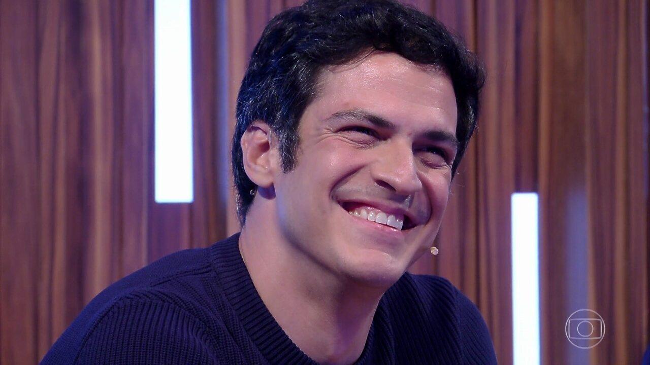 Mateus Solano se emociona e se diverte com homenagem da família