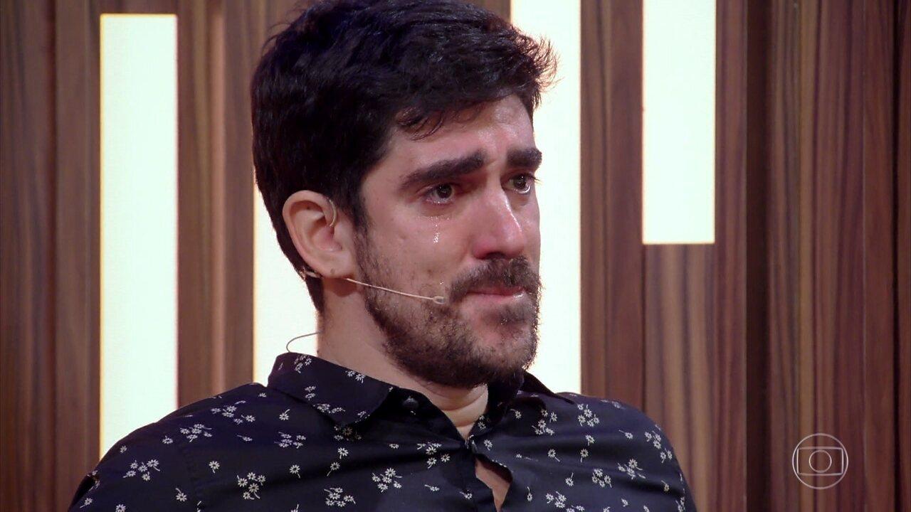 Marcelo Adnet se emociona com homenagem da família