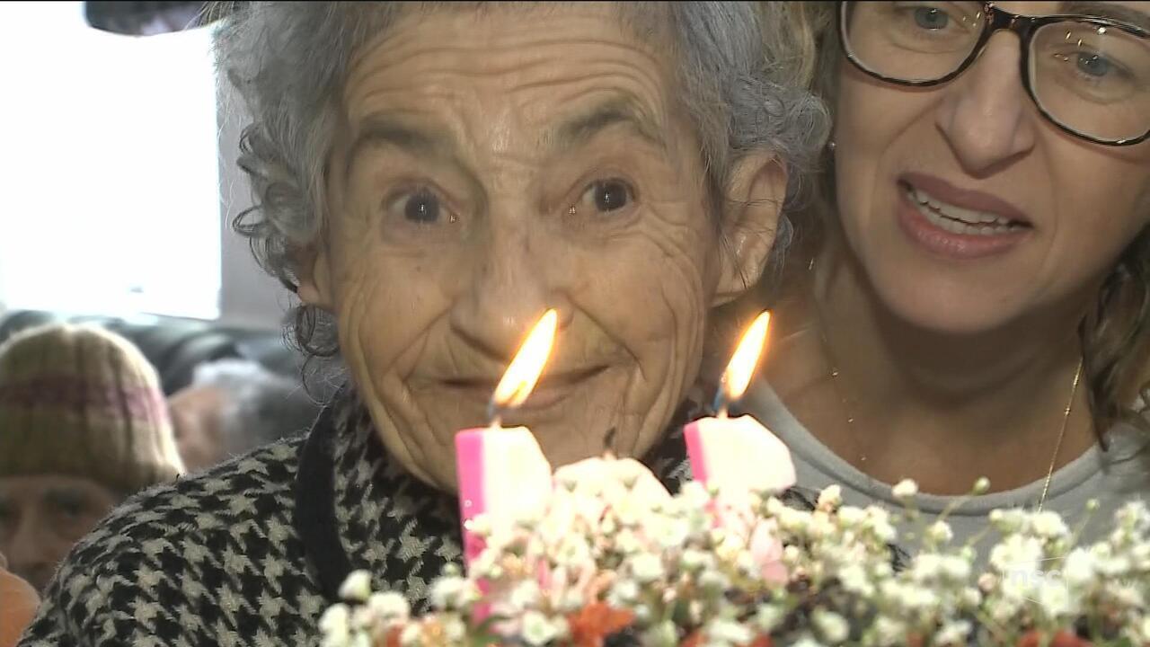 Idosa comemora aniversário de 101 anos em Itajaí Maria Antônia Pedroza é gaúcha e chegou na cidade de SC há 25 anos. Atualmente, mora em um asilo, onde celebrou mais um ano de vida.