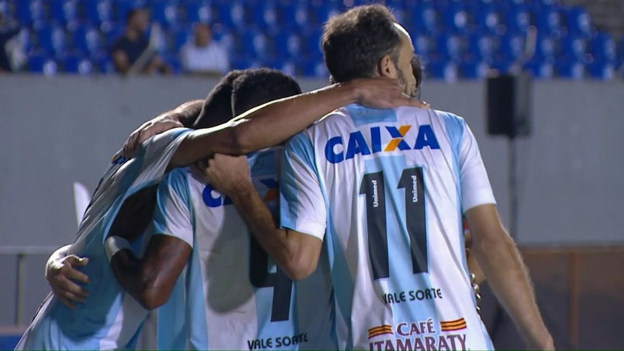 Paulinho Moccelin cruza, e Leandro Amaro marca contra diante do Londrina
