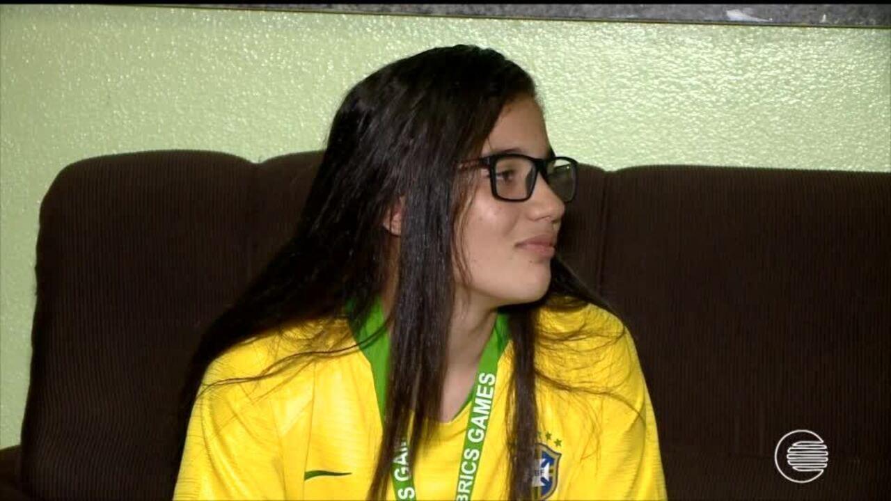Júlia Beatriz volta para casa após conquista de título pela Seleção Brasileira