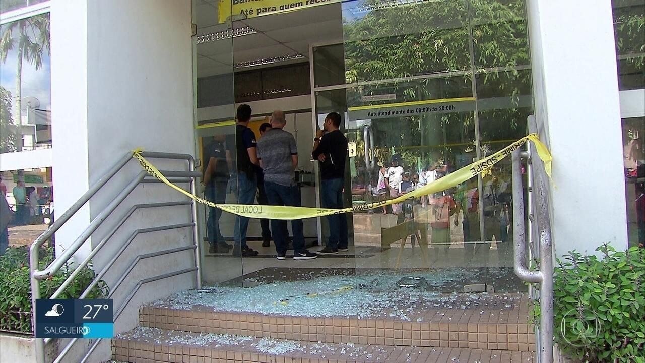 Policiais trocam tiros com bandidos durante investida contra banco em Aliança