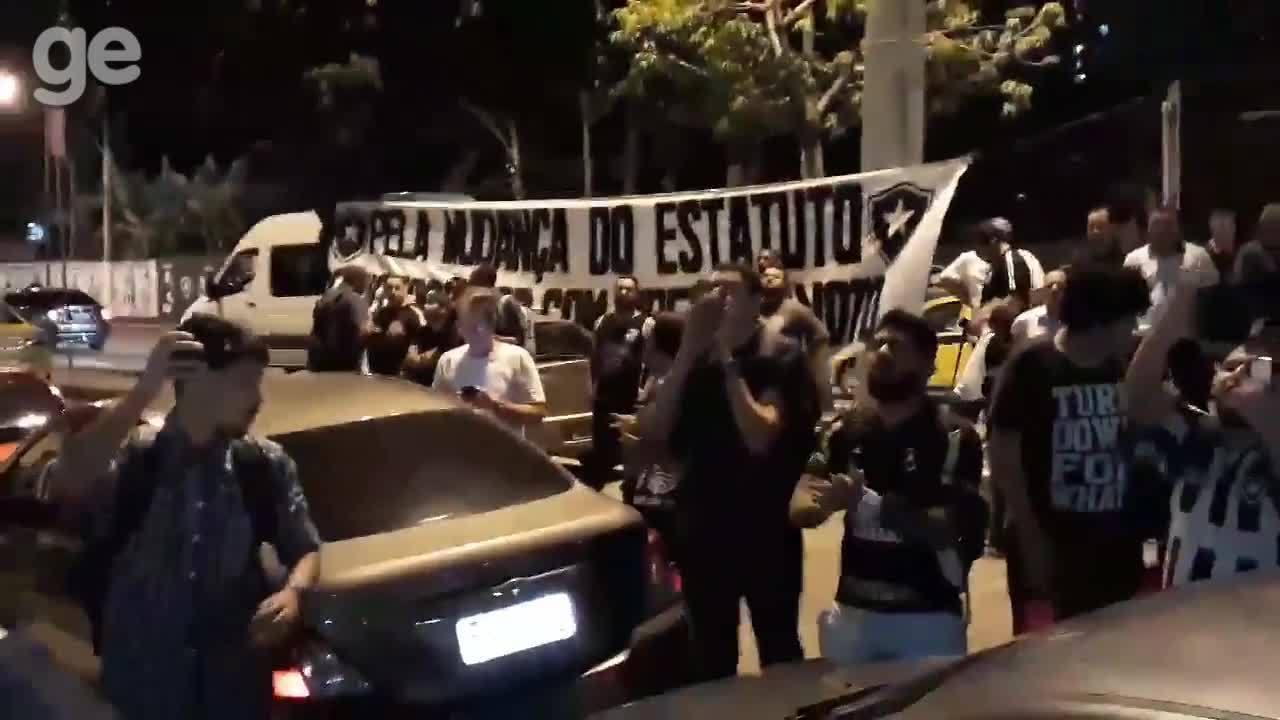 Torcedores do Botafogo protestam contra a diretoria em General Severiano