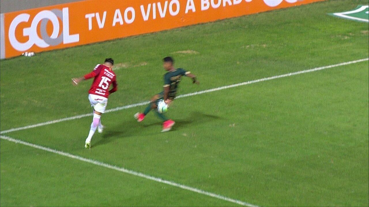 Cuesta tenta cruzamento e a bola explode em Aderlan. Inter pede pênalti aos 48 do 2º