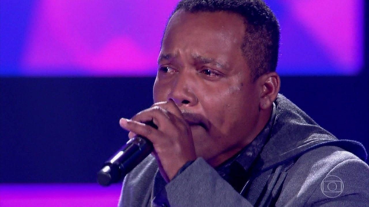 Edson Carlos canta