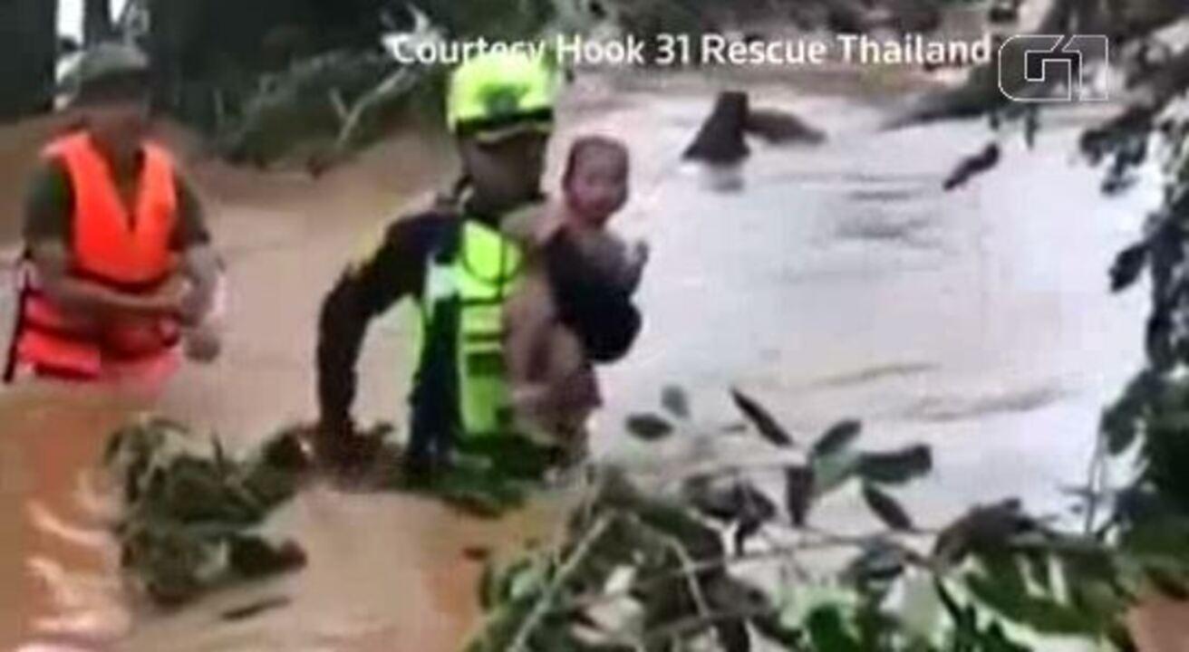 Bebê é resgatado de inundação no Laos após ficar três dias no colo da mãe