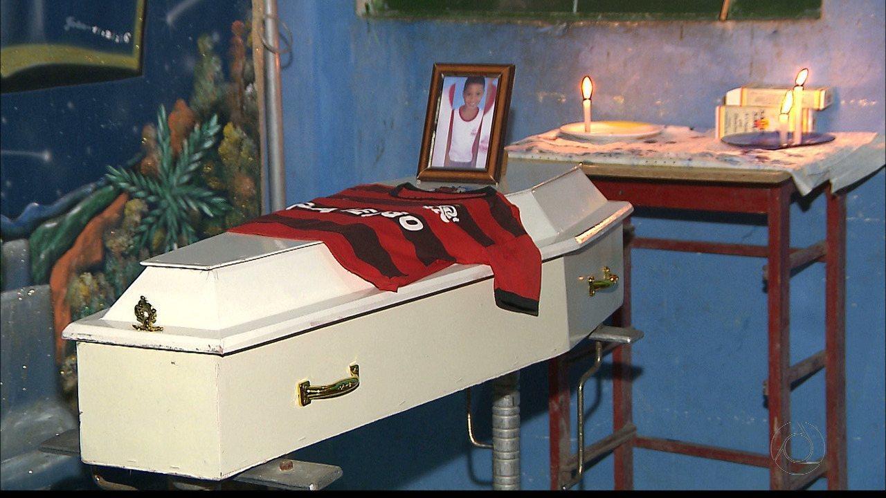 Ossada do garoto Guilherme é enterrada na cidade de Itabaiana