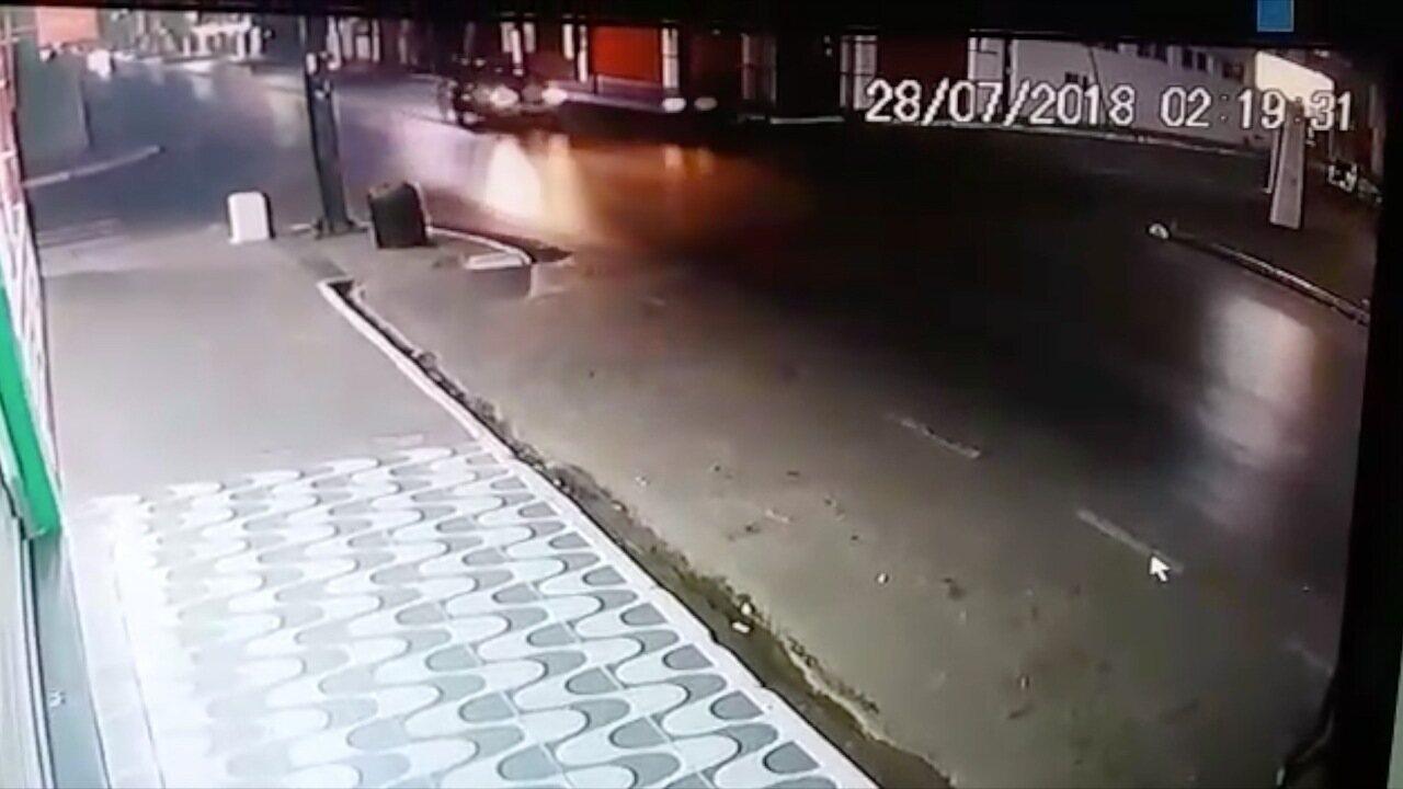 Carro e motocicleta batem em cruzamento e motociclista morre em Várzea Grande