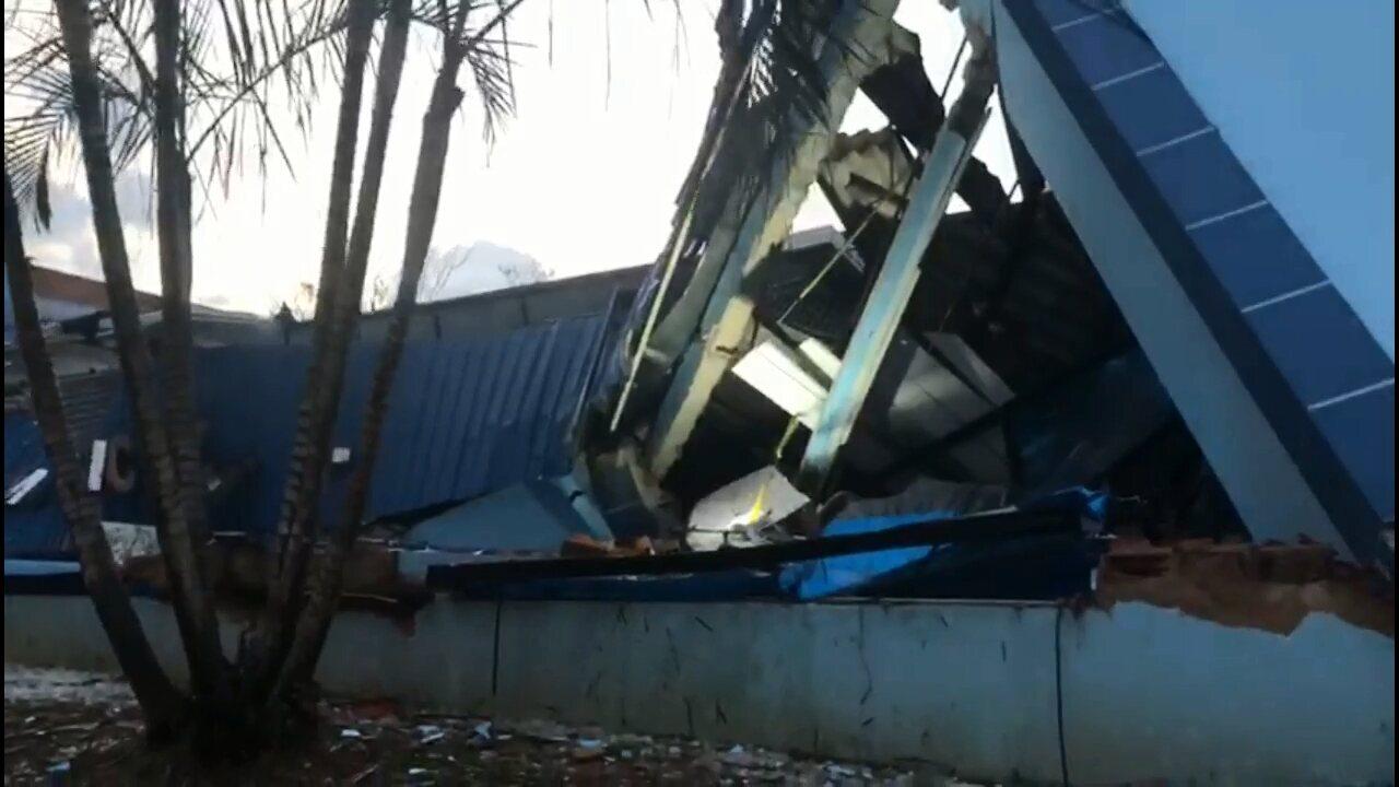 Chuva em Sengés, no Paraná, derruba prédio da Câmara e danifica casas; imagens