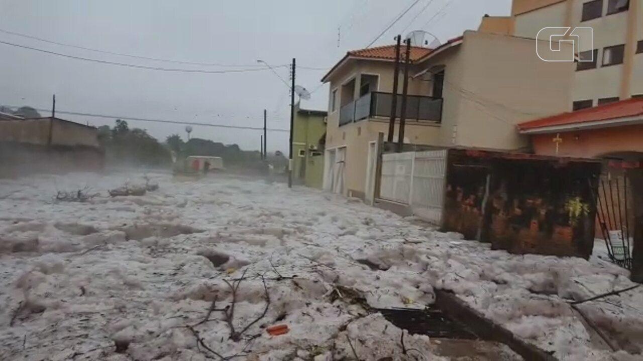 Chuva de granizo forma 'mar de gelo' em rua no interior de SP