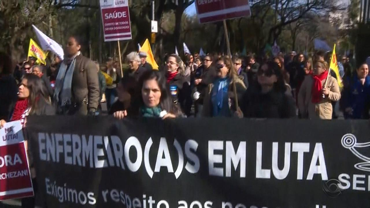 Servidores da Saúde e municipários iniciam greve e fazem protesto em Porto Alegre