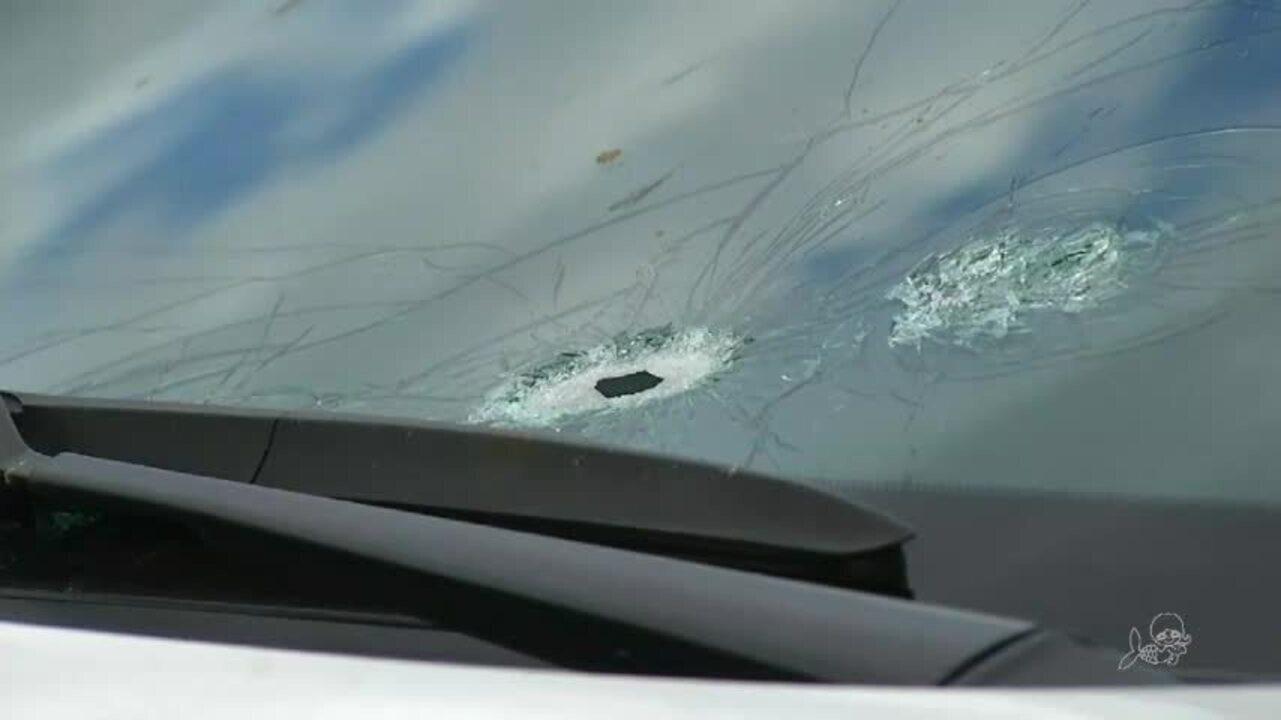 Policiais confundem taco de sinuca com arma e atira em competidores; um morre