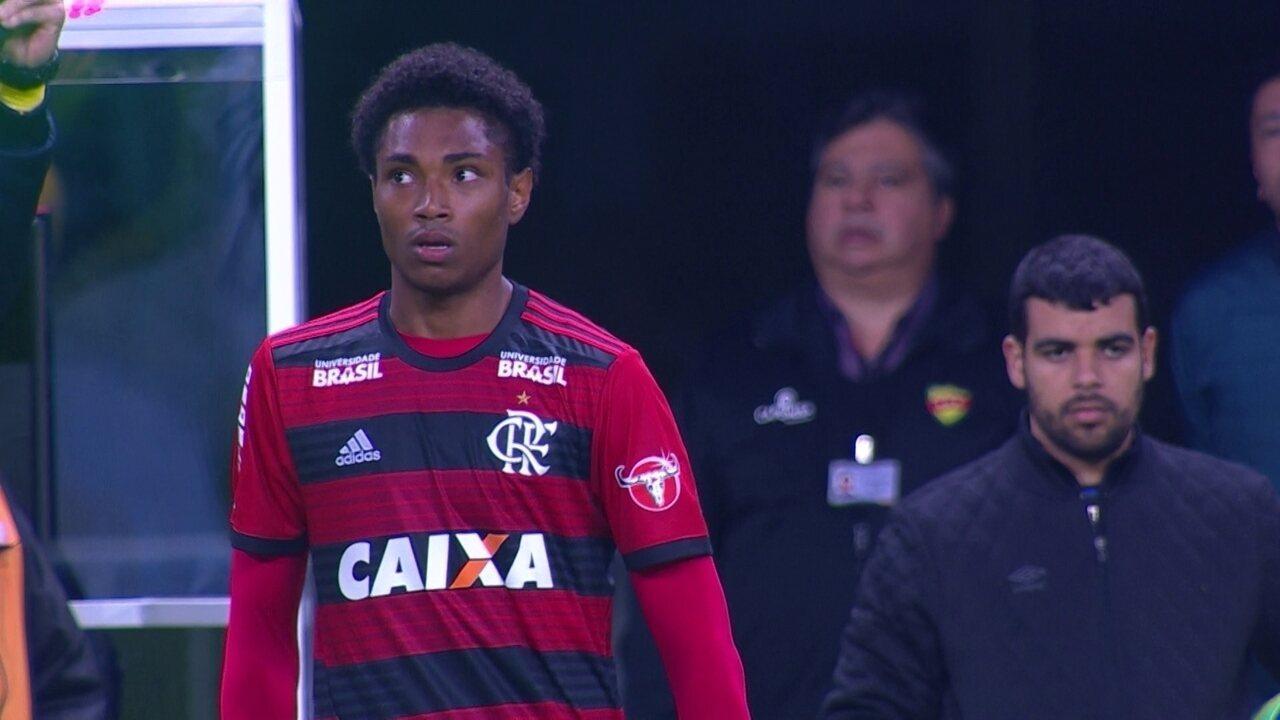 Veja lances da estreia de Vitinho com a camisa do Flamengo
