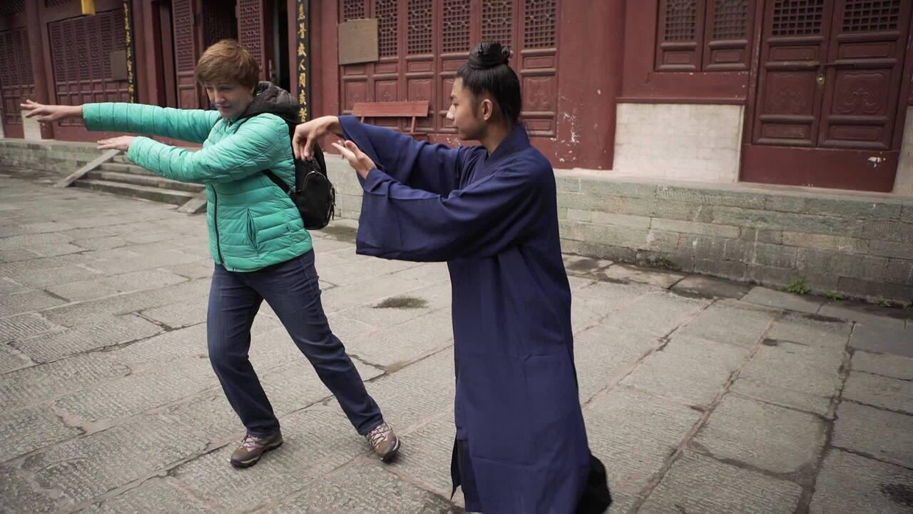 A repórter Sônia Bridi aprende tai chi chuan com Chen, um jovem aprendiz de Wudang Chan