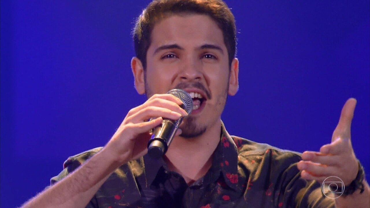 Léo Oliveira canta