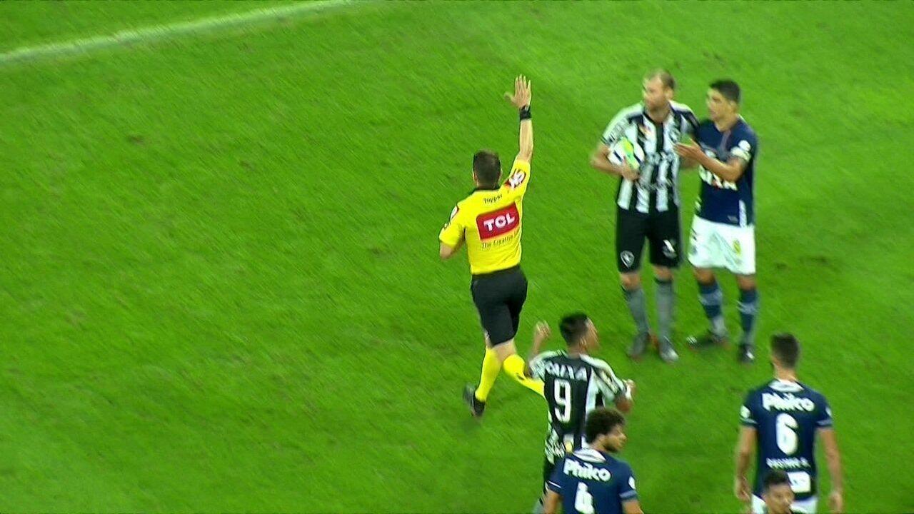 Valeu, não valeu! Após grande confusão, arbitragem anula gol do Botafogo, aos 43' do 2ºT