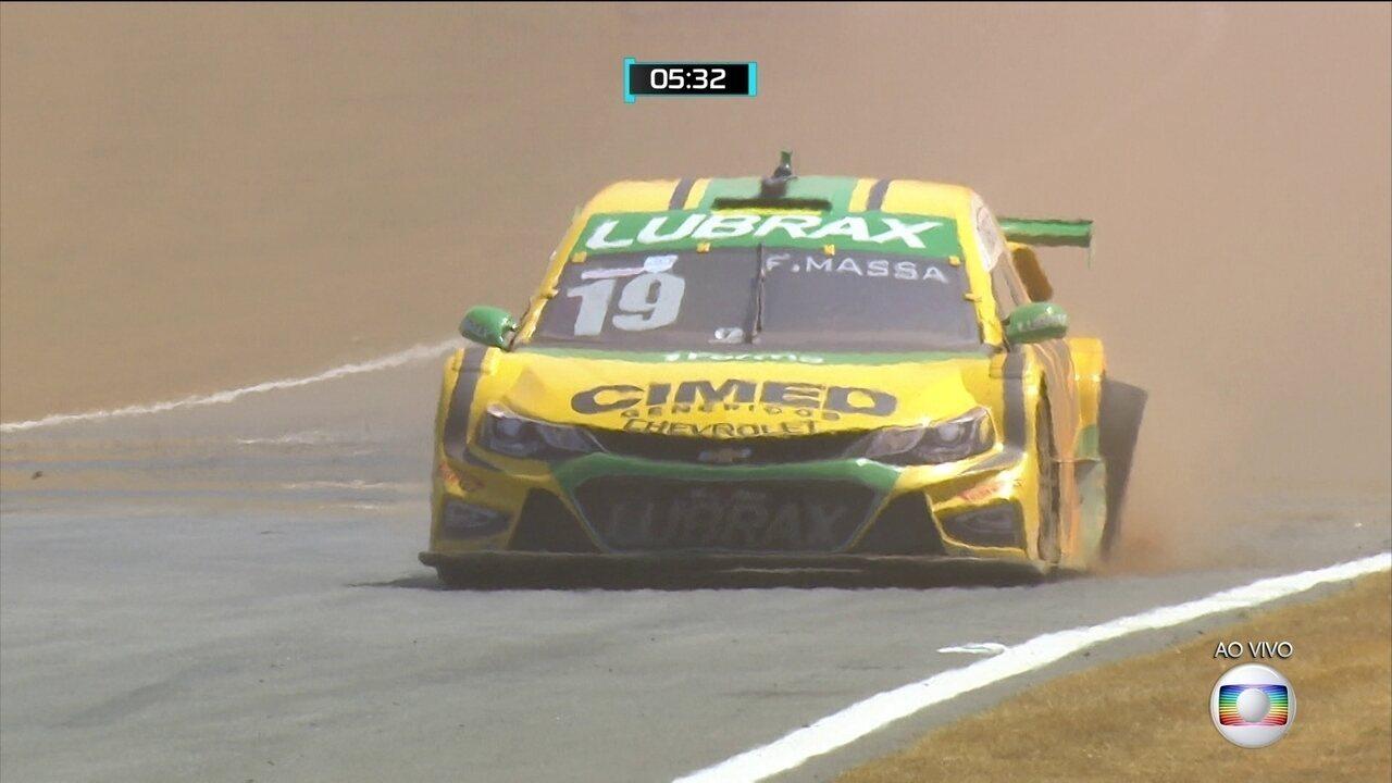 Felipe Massa sai da pista e volta, mas com pneu furado