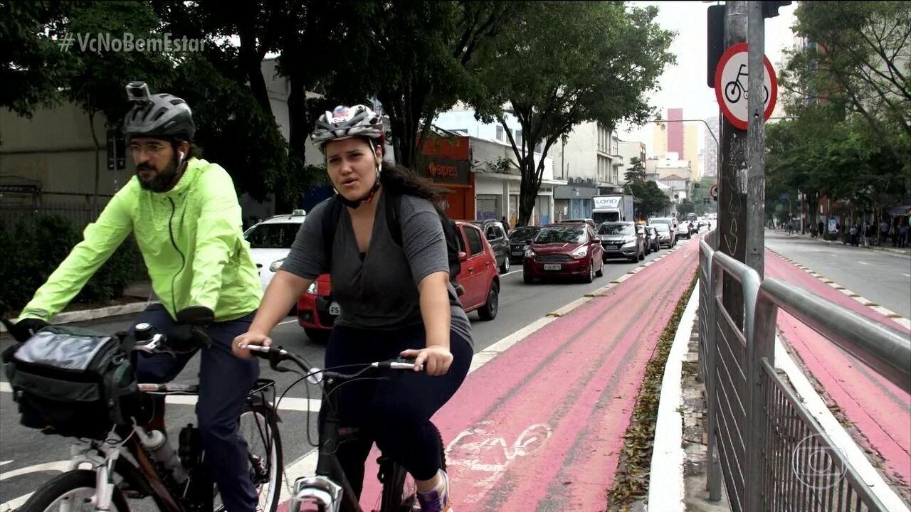 Jovem troca transporte público pela bicicleta para ir ao trabalho