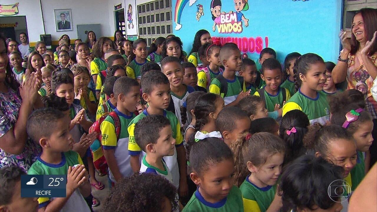Crianças venezuelanas têm primeiro dia de aula no Grande Recife
