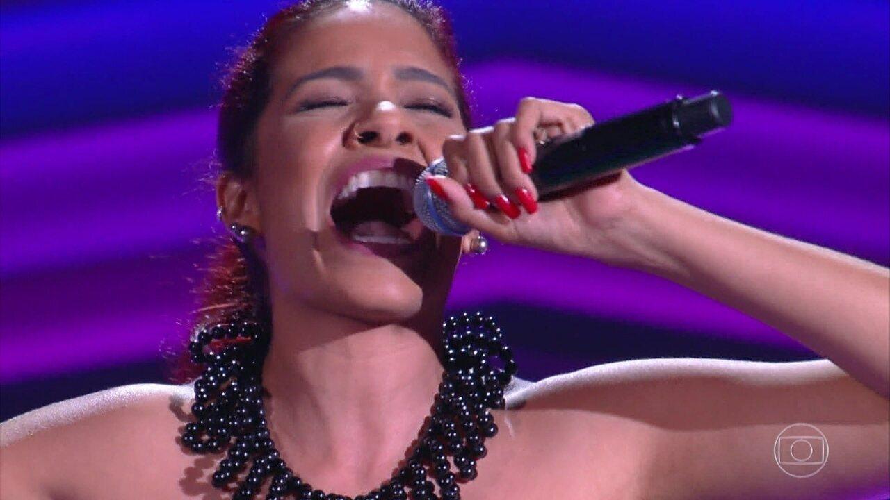 Lia Gondim canta