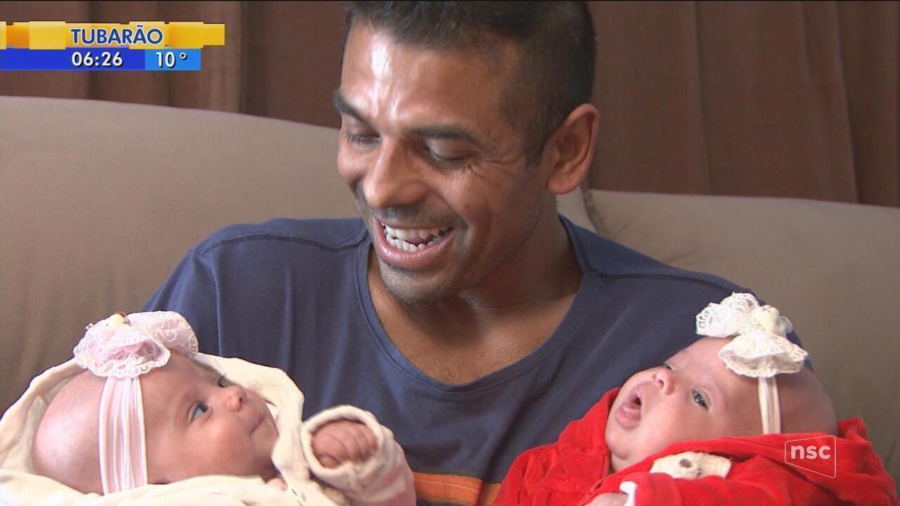 Após nascerem prematuras, gêmeas vão passar primeiro 'Dia dos Pais' em casa; pai comemora