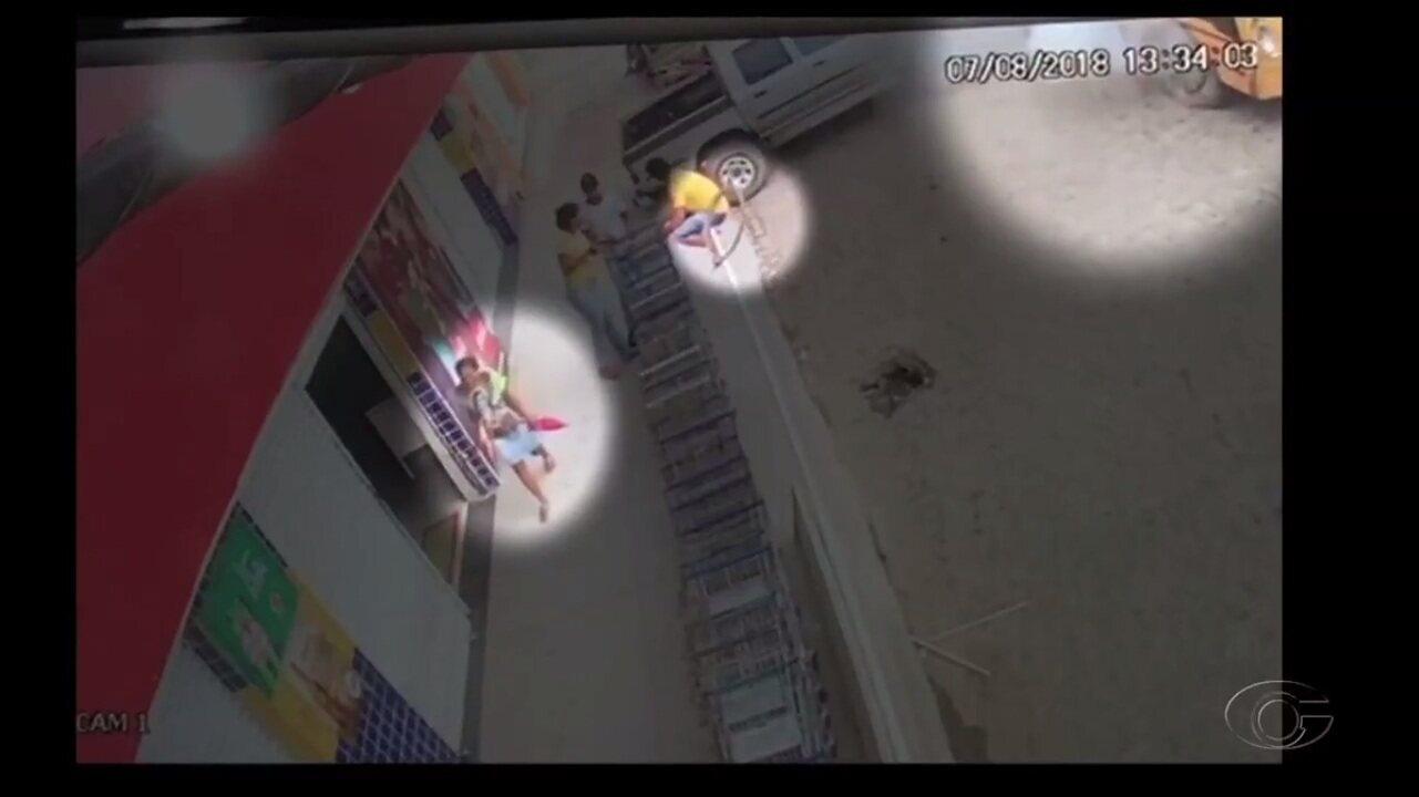 Vídeo mostra momento em que mulher foi atingida por peça de ônibus em Flexeiras