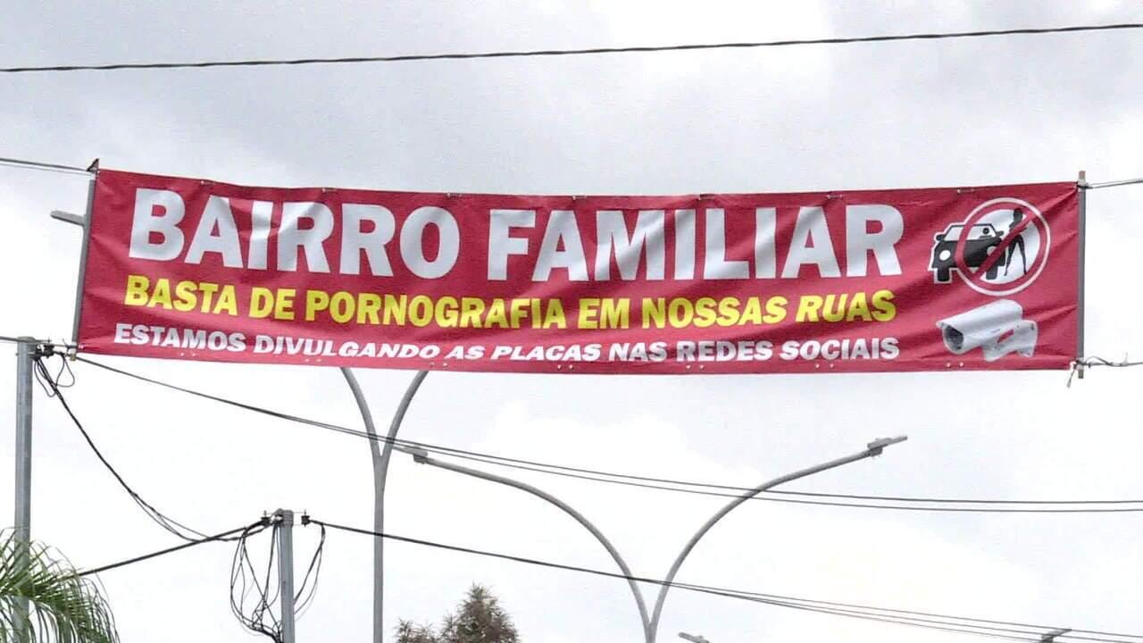 Moradores penduram faixas contra prostituição em bairro de São Paulo