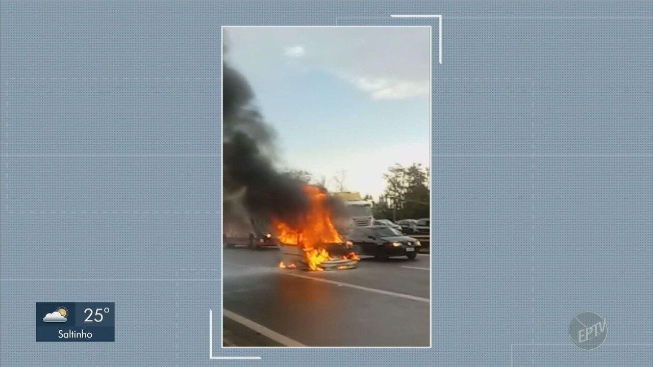 Carro pega fogo e assusta motoristas na marginal da Rodovia Anhanguera, em Sumaré