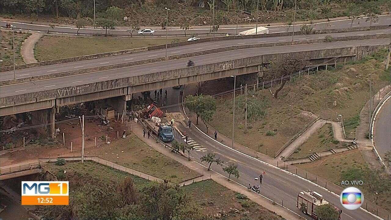 Caminhão com cebolas capota debaixo de viaduto na Grande BH