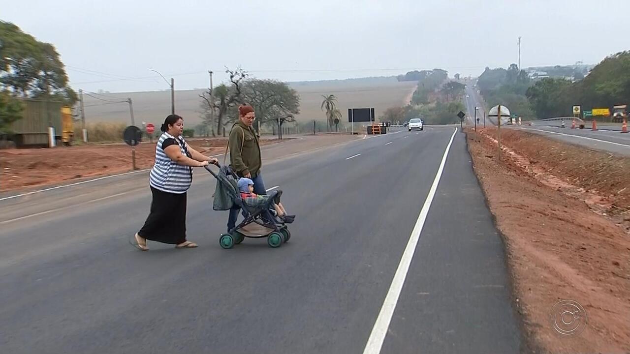 Moradores de Novo Horizonte se arriscam para atravessar rodovia por falta de passarela