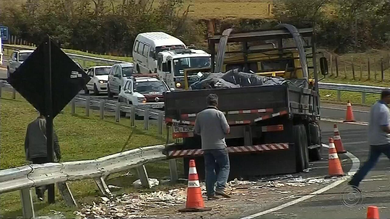 Motorista morre após bater perua carregada com cigarros em rodovia de Bofete