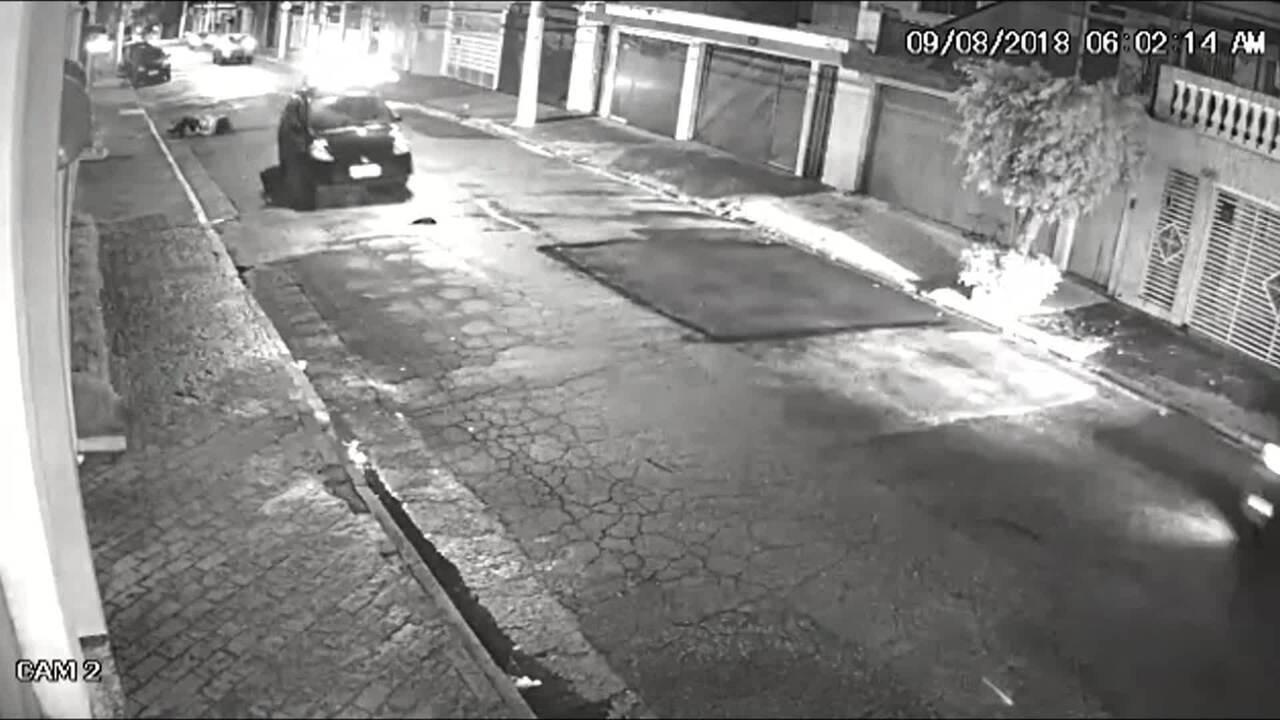 Mulher é estuprada e se joga do carro depois de ameaça em SP