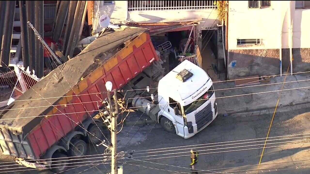 Motorista perde controle do caminhão e atinge três casas na Zona Leste de São Paulo