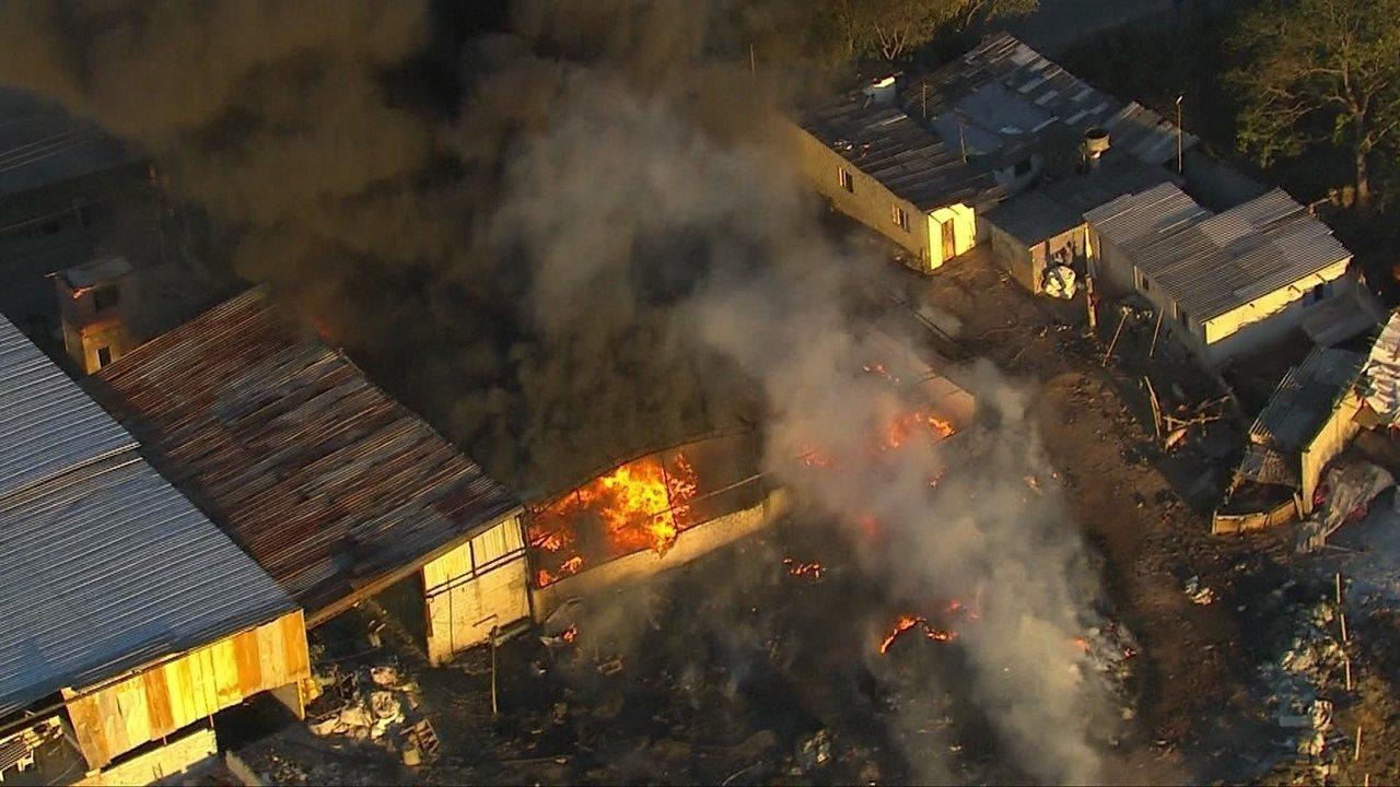 Incêndio atinge fábrica de plásticos na Grande SP