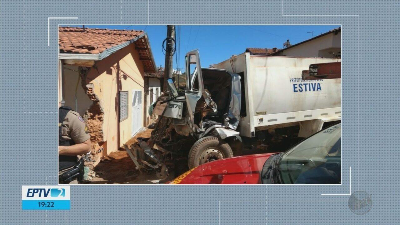 Caminhão de coleta de lixo bate em muro de casa no Centro de Estiva (MG)