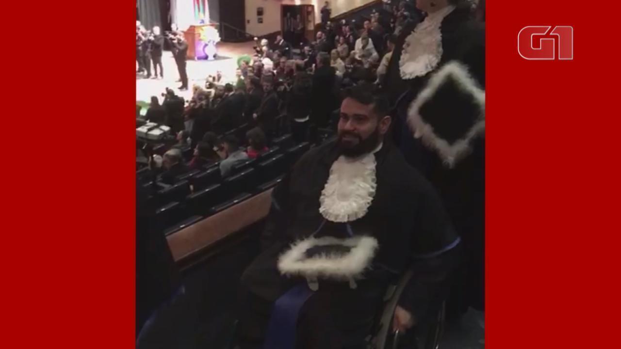 Aluno cadeirante da UFRGS entra junto com os colegas em cerimônia de formatura