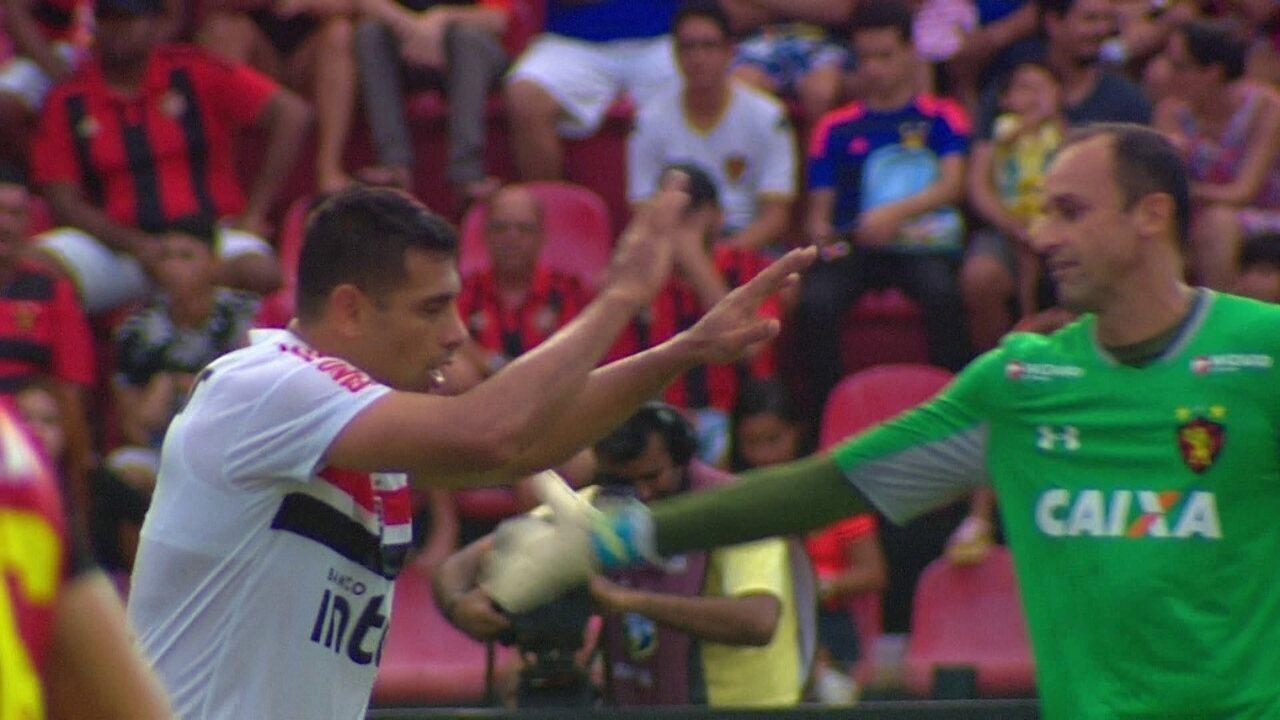 Após fazer o gol, Diego Souza presta reverência ao goleiro Magrão do Sport