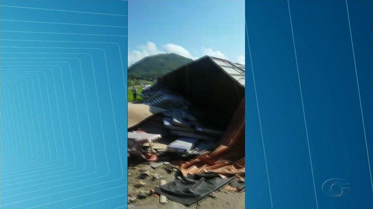 Caminhão carregado de móveis tomba na rodovia BR-101, no interior de Alagoas