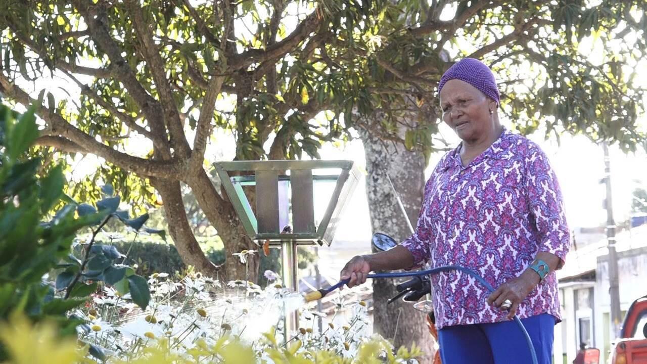 Dona Avelina mostra seu trabalho com os jardins e leva Aldri para comer bombó de banana