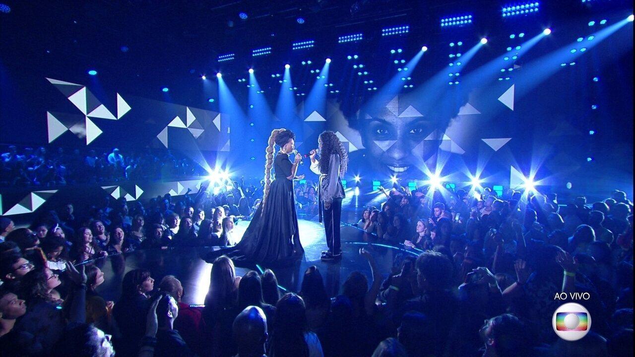 Gaby Amarantos e Iza cantam
