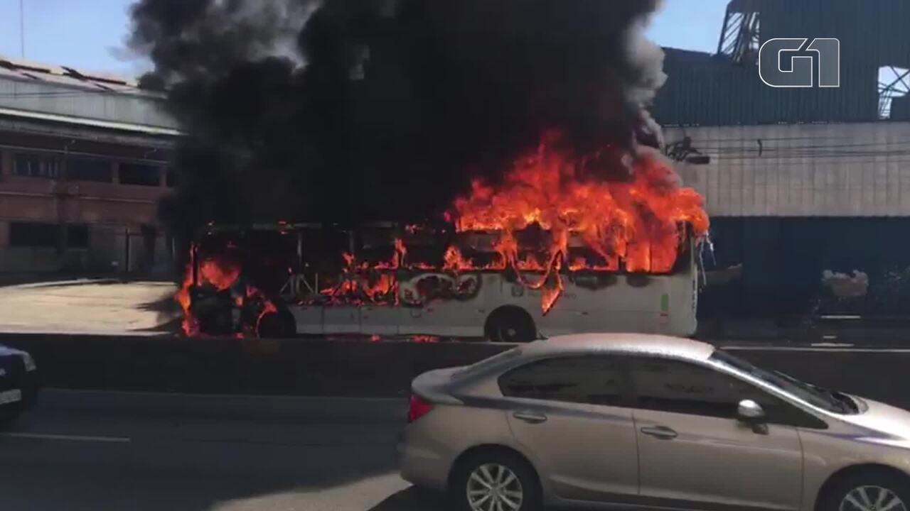 Ônibus é incendiado na Linha Amarela, no Rio