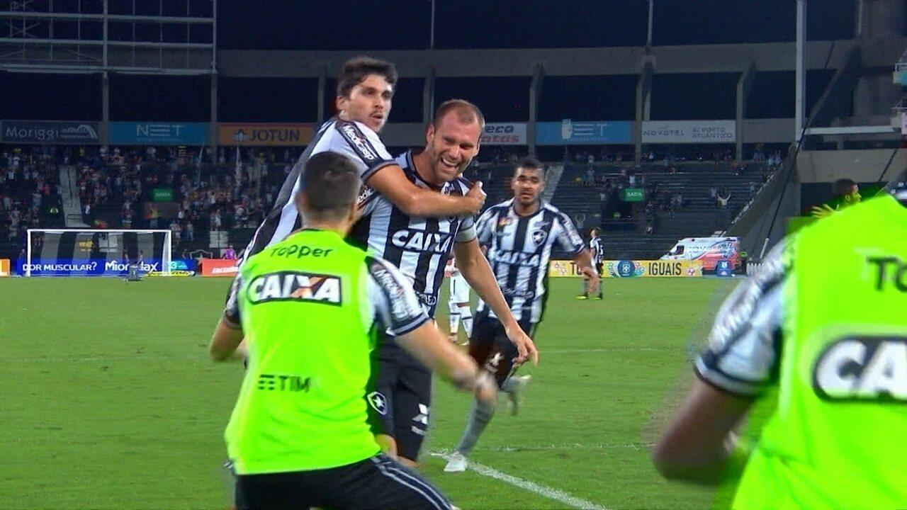 Gol do Botafogo! Luiz Fernando cruza, e Joel Carli cabeceia forte aos 15' do 2º Tempo