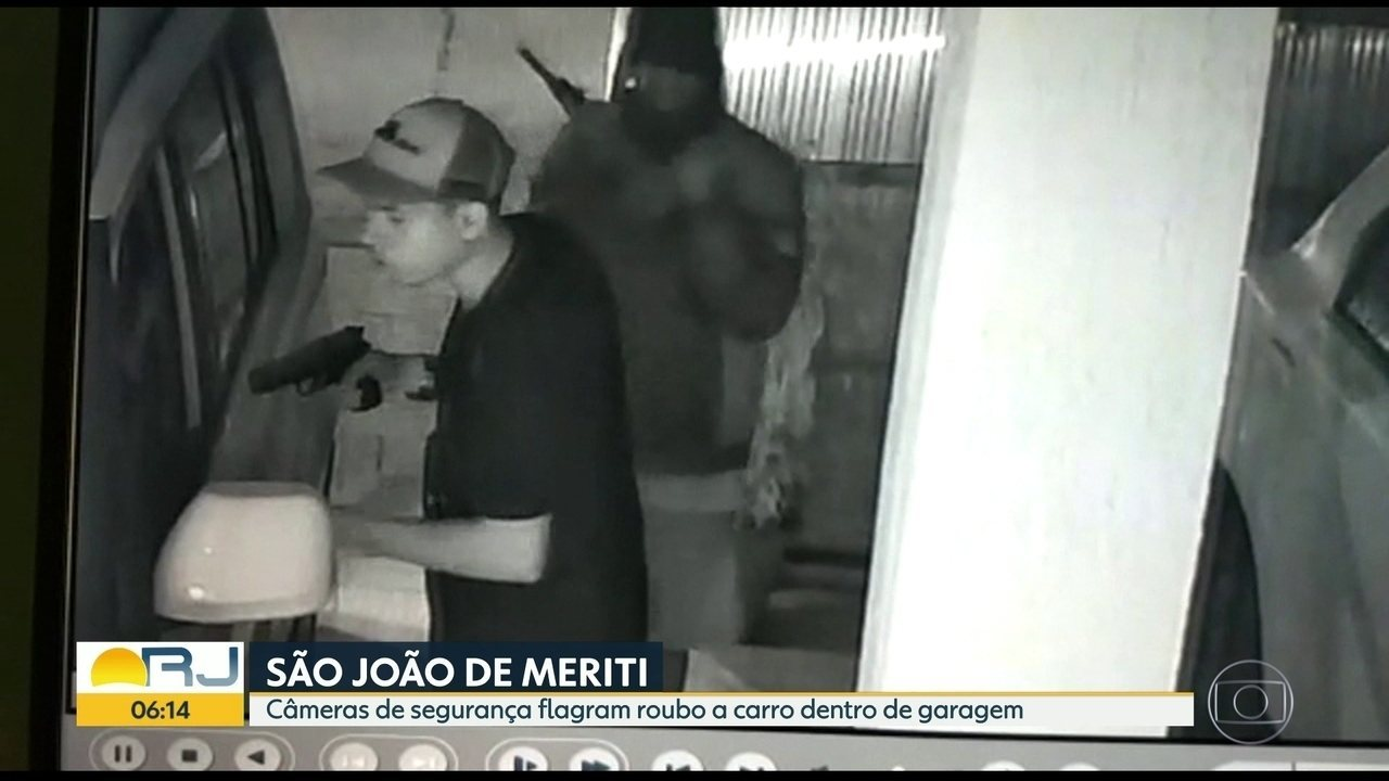 Câmeras de segurança flagram assaltantes roubando um carro em São João do Meriti