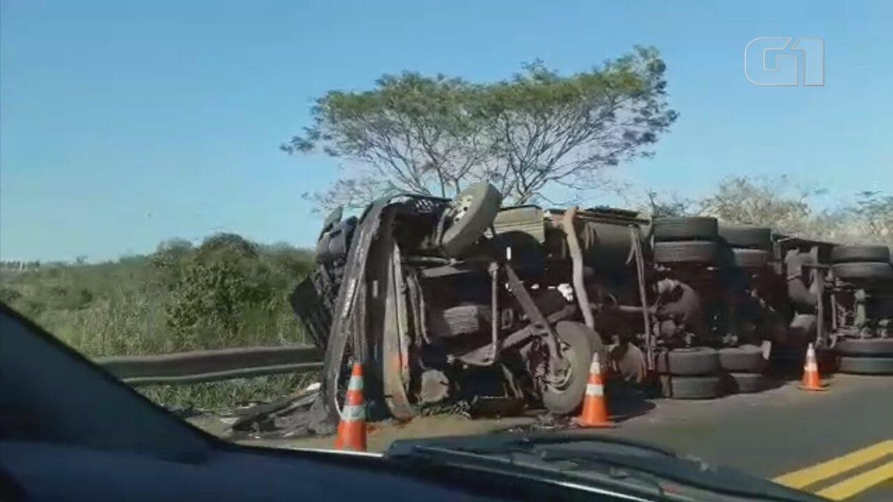 Caminhão tomba em rodovia de Marília e prejudica trânsito