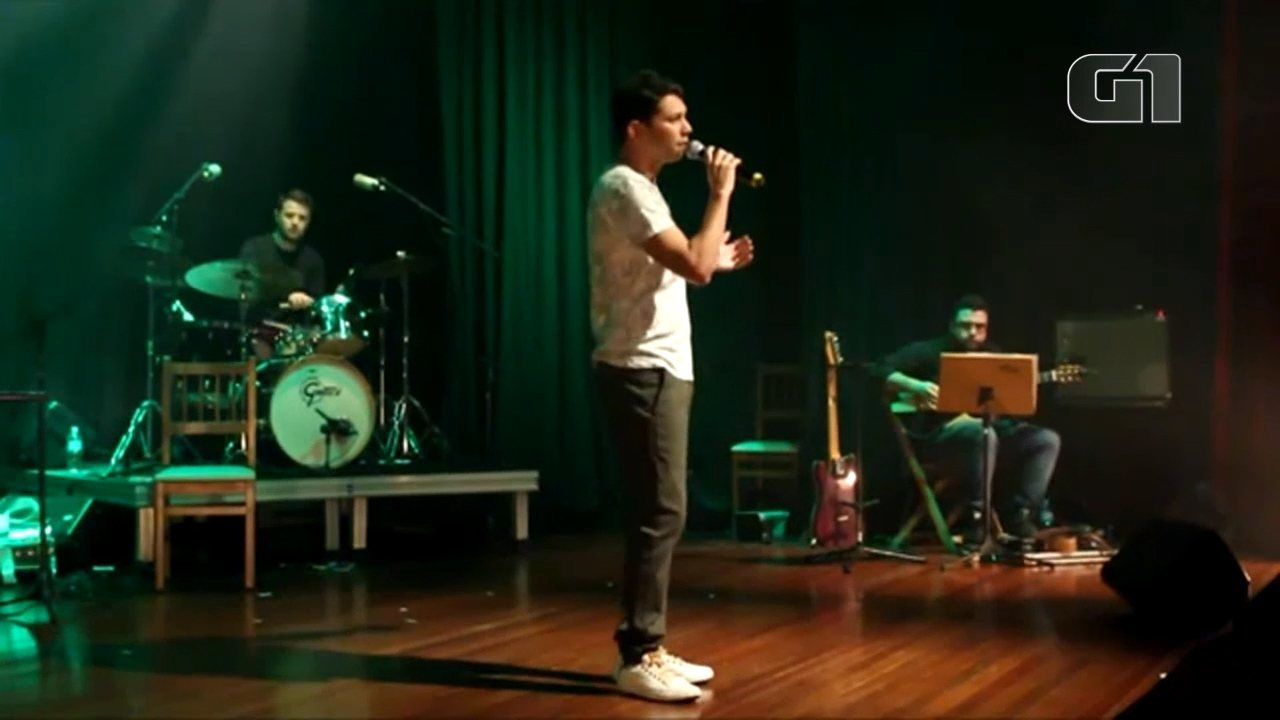 "Alex Constantino lançou o primeiro CD, ""Segredo"", no Theatro Vasques."