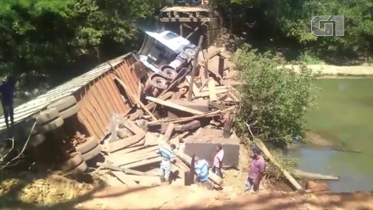 Ponte de madeira não aguentou o peso e desabou