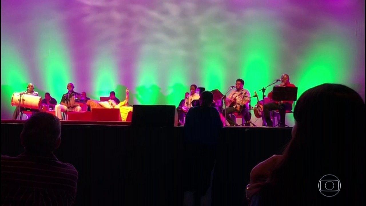 Beth Carvalho se apresenta deitada em show de 40 anos de clássico do samba