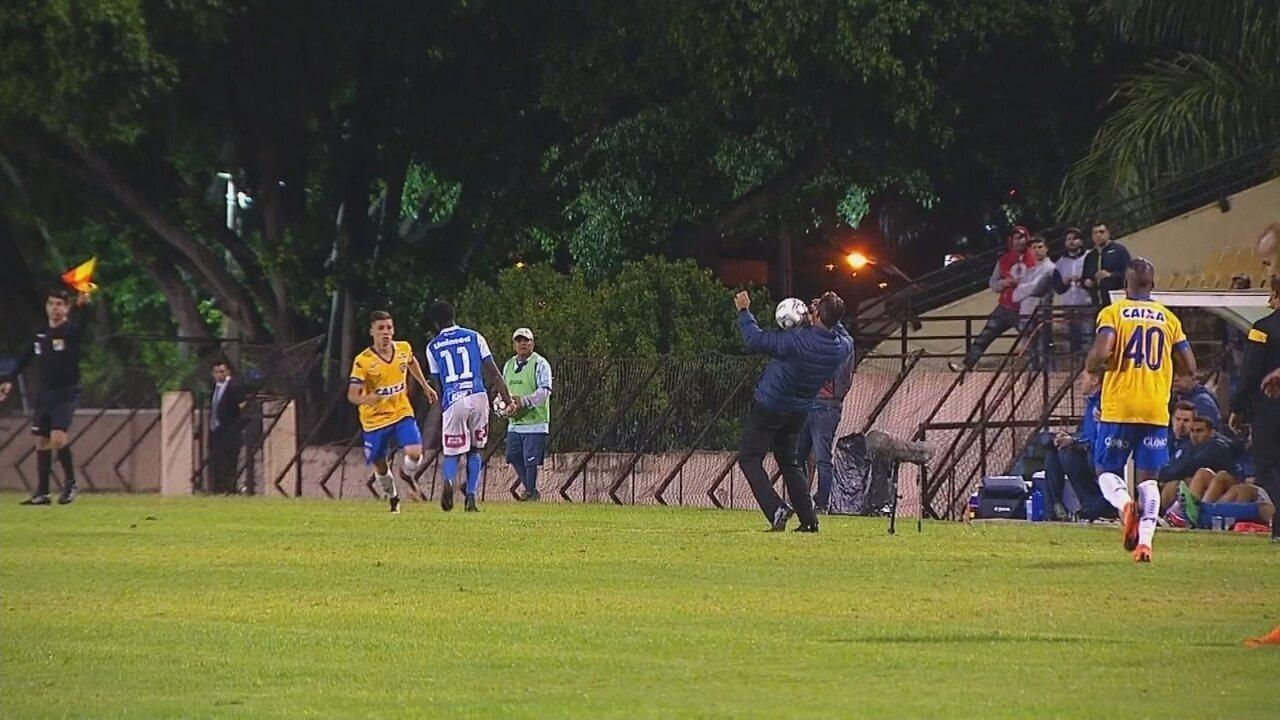 Técnico do São Bento, Marquinhos Santos mata a bola no peito e mostra habilidade