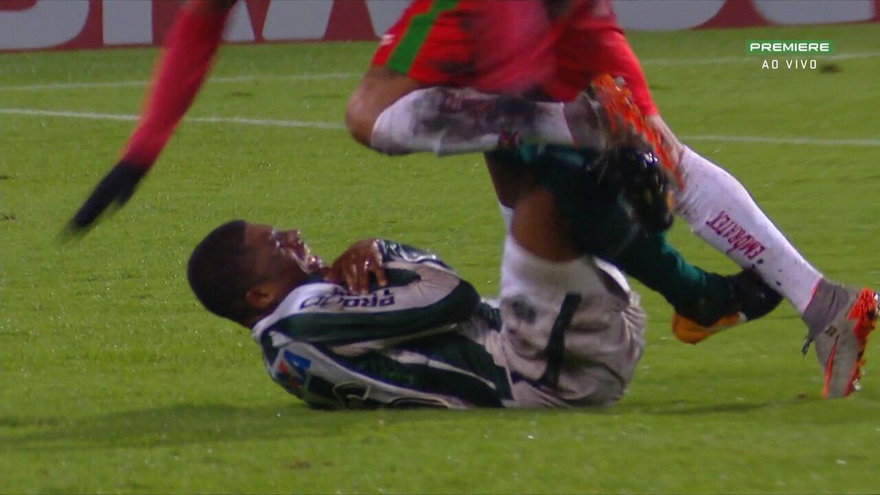 Abner, lateral do Coritiba, machuca o ombro contra o Boa Esporte