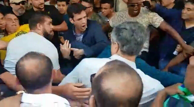 Jair Bolsonaro sai carregado durante campanha em Juiz de Fora, MG